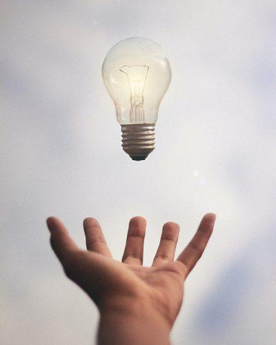 hand voor site met lamp